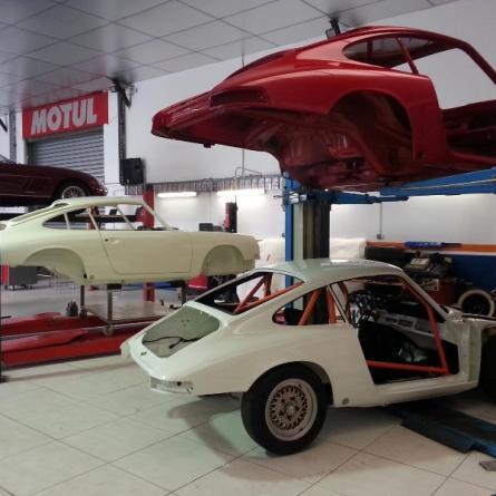 Restauration complète Porsche 911 2.0 1966 ivoire & Porsche 911 2.0s 1967 rouge